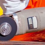 การตัดวัสดุด้วยเครื่องจักรเลเซอร์ VS การวัสดุด้วยแรงงานคน title=